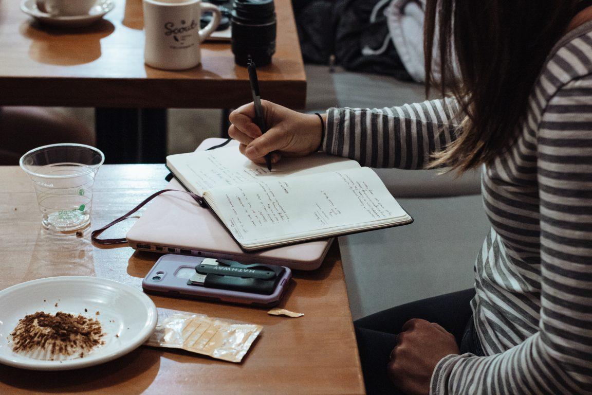 kuvituskuva opiskelu kirjat kahvila